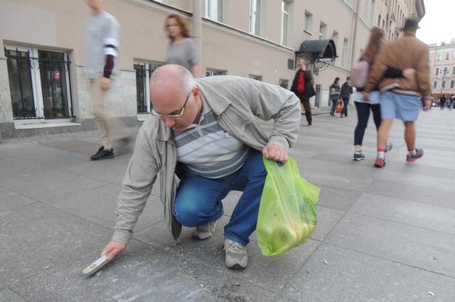 Вадим Линин уже четвёртый год убирает трафаретную рекламу.