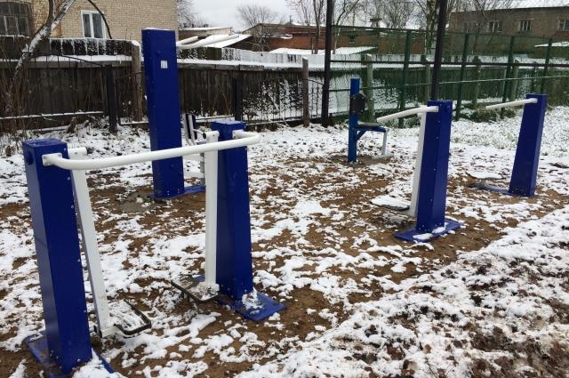 В парке установлены всепогодные тренажеры.