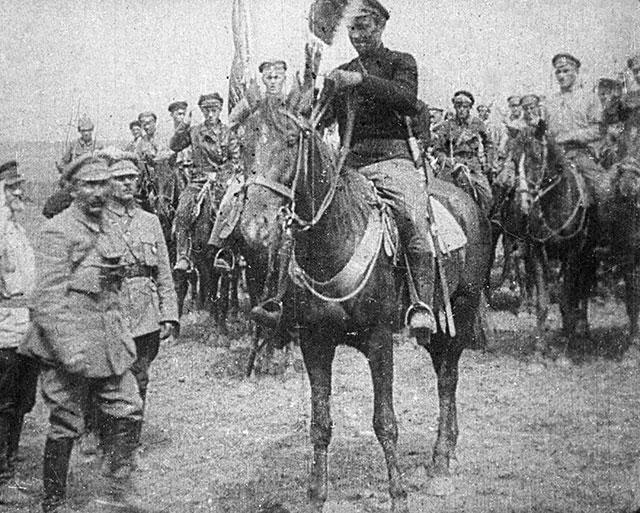 Вручение знамени Первой конной армии. Слева — командиры Первой конной Семен Буденный и Климент Ворошилов.