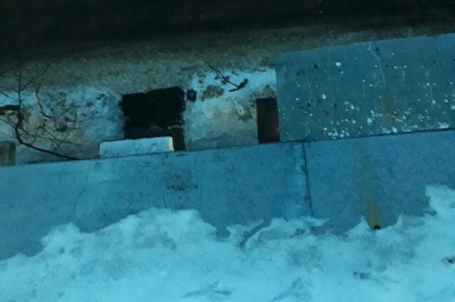 Снег сошёл с одного из балконов.