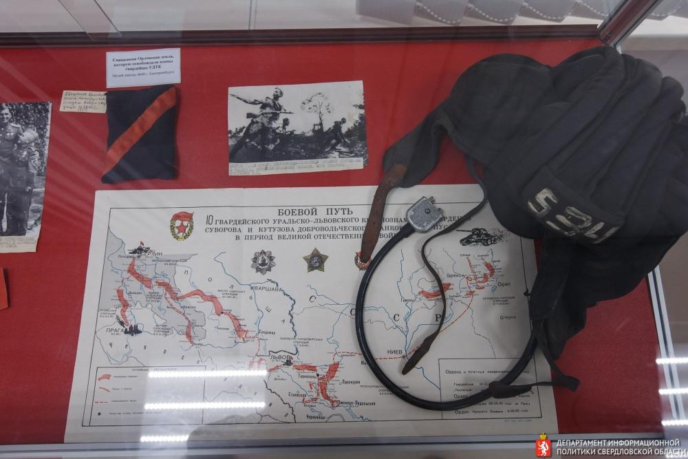Евгений Куйвашев подарил музею копии архивных документов.
