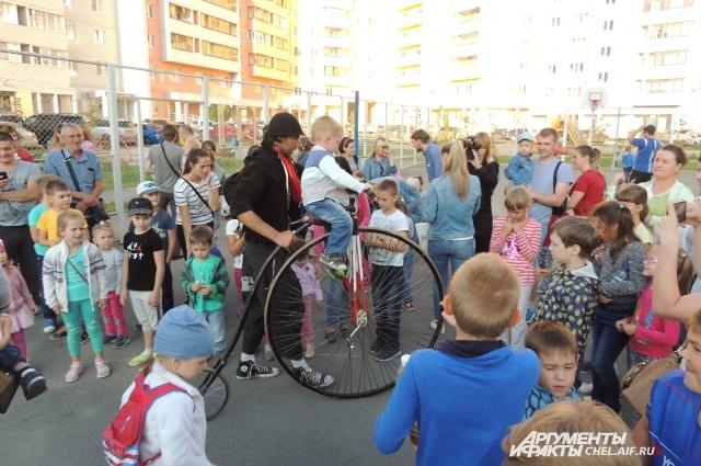 Катание на старинном велосипеде приводит детей в восторг.
