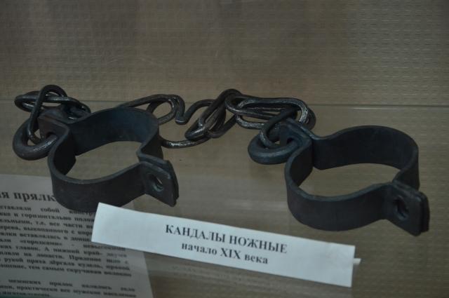 Принципиальное отличие кандалов от наручников и наножников заключается в том, что они конструктивно предназначены для длительного ношения