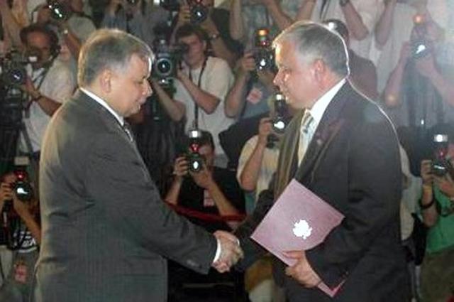 Лех Качиньский с назначенным премьер-министром Ярославом Качиньским, 14 июля 2006 г.