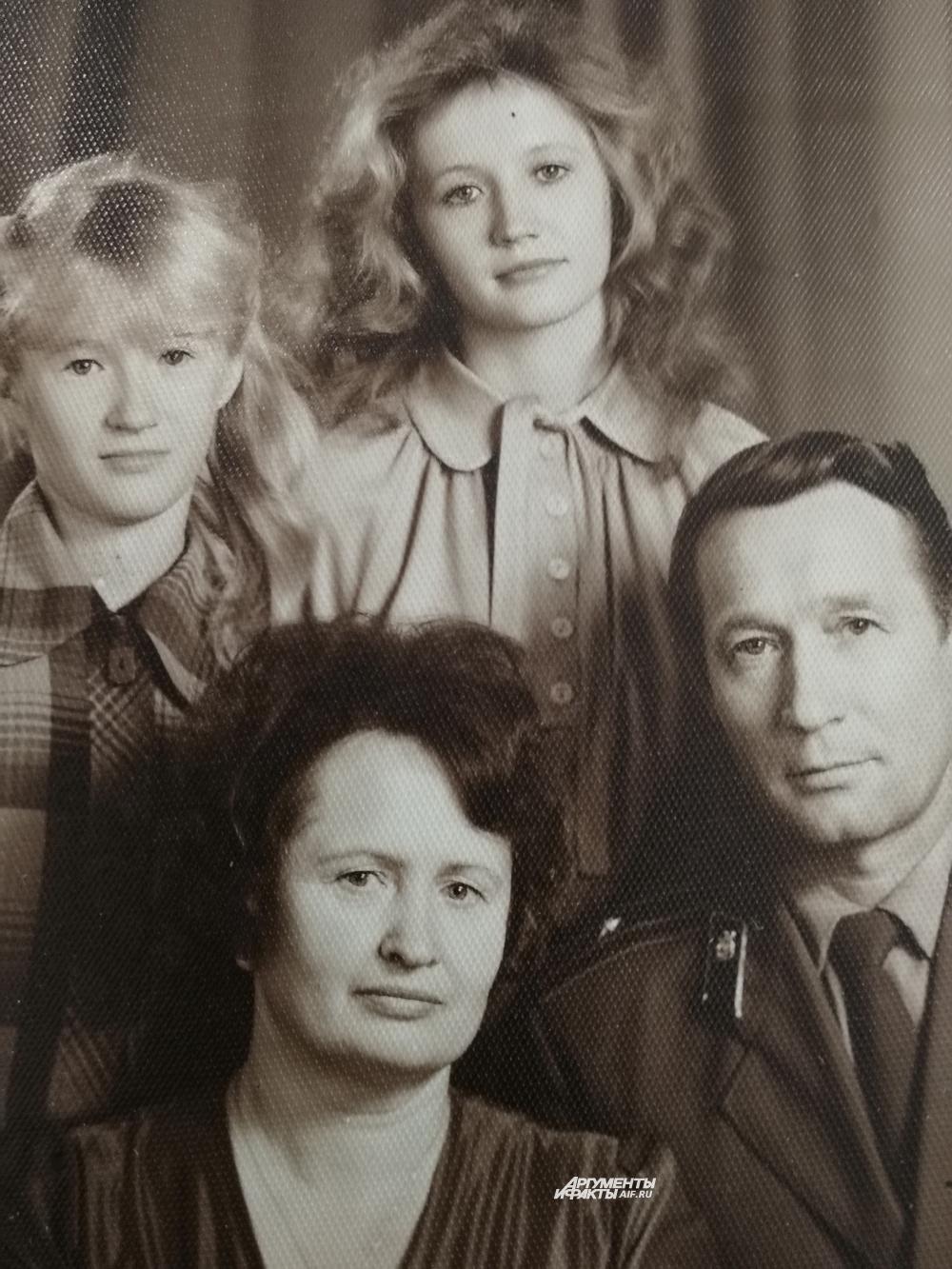Семья Раисы Сандаковой - супруг и две дочери.