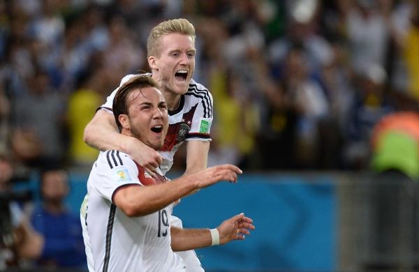 Игроки сборной Германии Марио Гетце и Андре Шюррле радуются голу в финальном матче чемпионата мира по футболу 2014 Германия Аргентина
