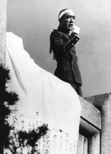 Юкио Мисима произносит речь перед совершением харакири.