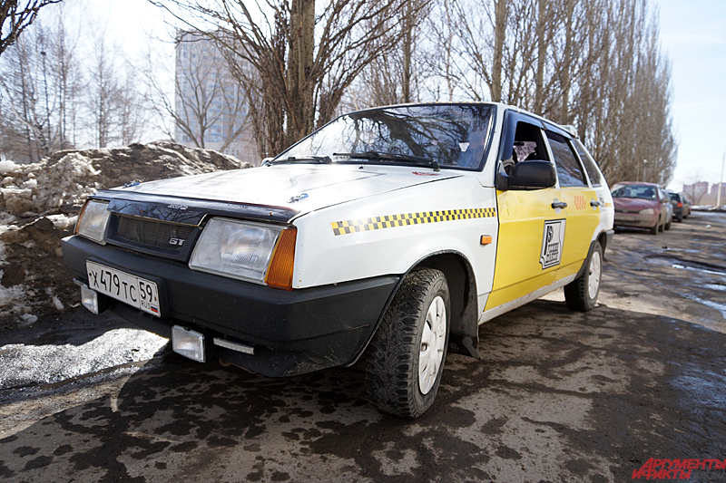 Уральский таксист ездит на отечественном автопроме