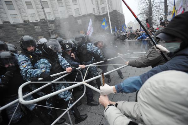 Участники митинга За европейскую Украину за подписание соглашения об ассоциации с Евросоюзом и сотрудники спецподразделения Беркут на Европейской площади в Киеве. 24.11.2013