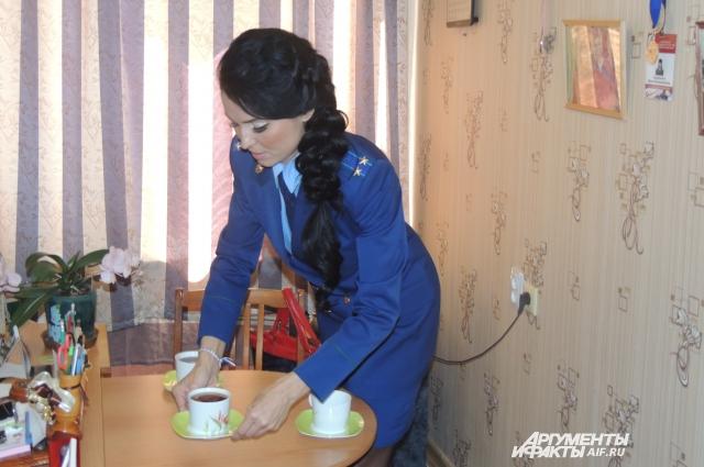 Сегодня на обед идти некогда, значит, Жанна Владимировна попьет чаю и за работу.
