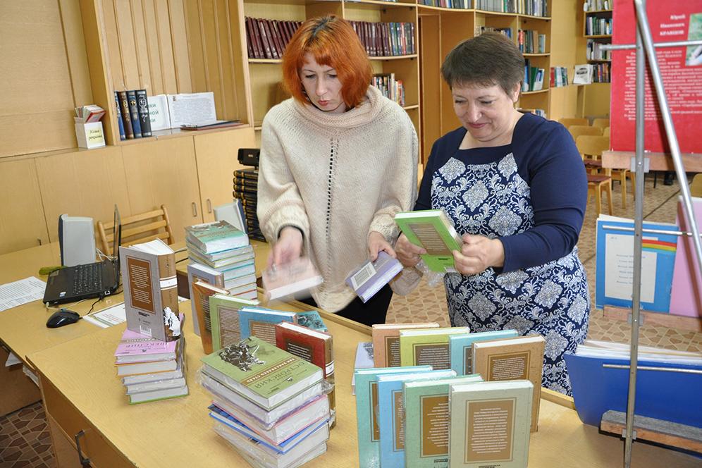 Директор Суражской библиотеки Елена Журбина и ее заместитель  рады новым книгам.