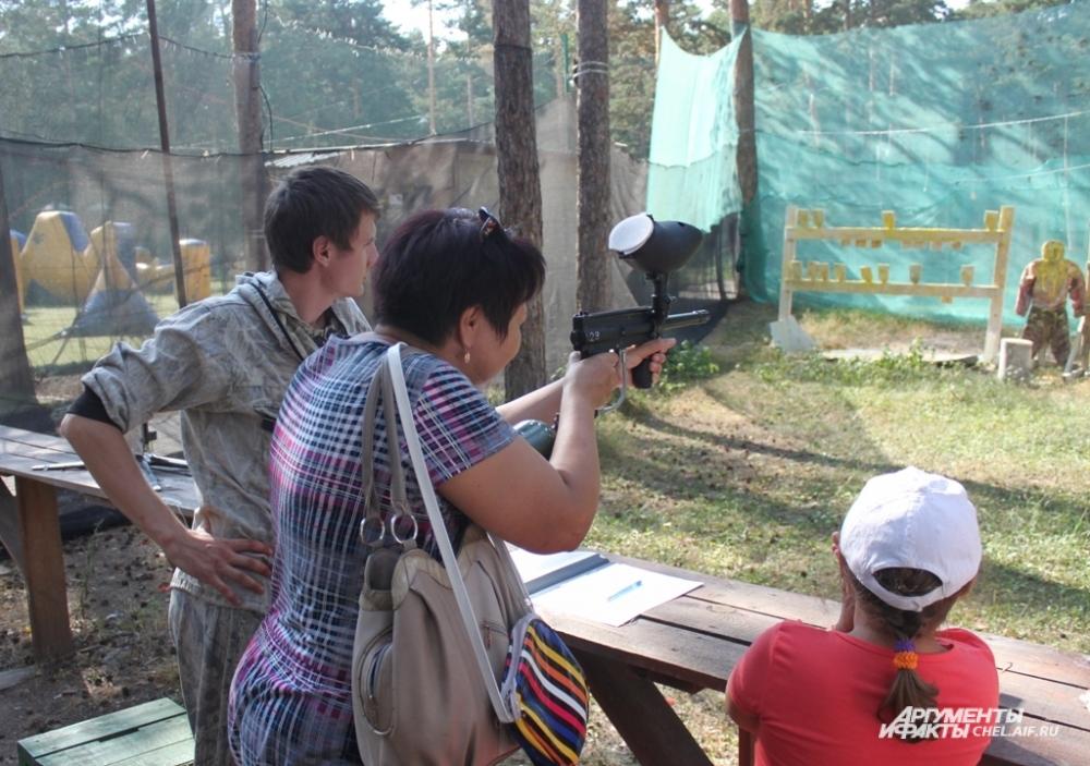 Участники справились даже с такими сложныими заданиями, как стрельба по цели из пейнтбольного ружья.