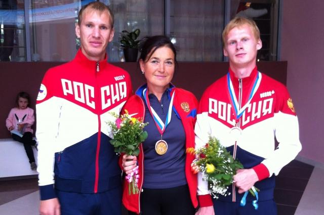 Евгений Торсунов (справа) со своим тренером Татьяной Лодочниковой и партнёром по сборной Андреем Порошиным.