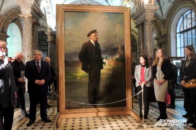 Художник закрасил портрет царя, а на другой стороне холста изобразил Ленина.