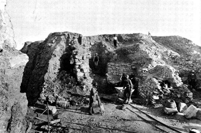Фото летних раскопок в Трое 1890 года.