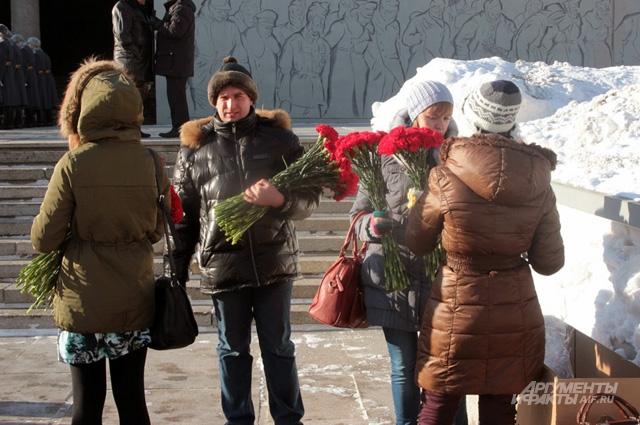 В дни празднования 71-й годовщины битвы под Сталинградом на Мамаевом Кургане можно увидеть много людей с букетами и венками