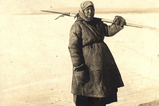 Ангарская крестьянка идет проверять уды. Приангарье, 1911 г.