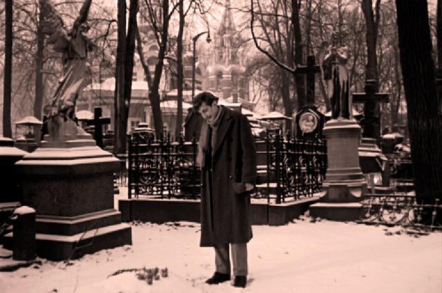 Похороны Вики Люберецкой, которая отравилась, не пожелав отречься от своего отца, проходят на кладбище Донского монастыря.
