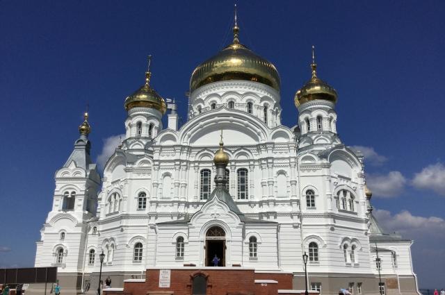 Почти 30 лет идёт восстановление самого грандиозного собора Пермской епархии - Крестовоздвиженского храма. Постепенно он приобретает первоначальный вид.