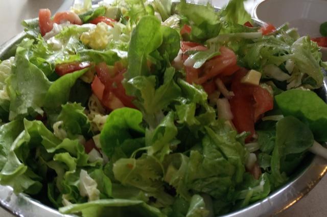 Легкий салат с авокадо.