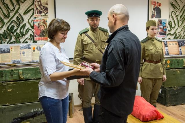 Внучка Алия ГАзизова на церемонии передачи останков деда-солдата.