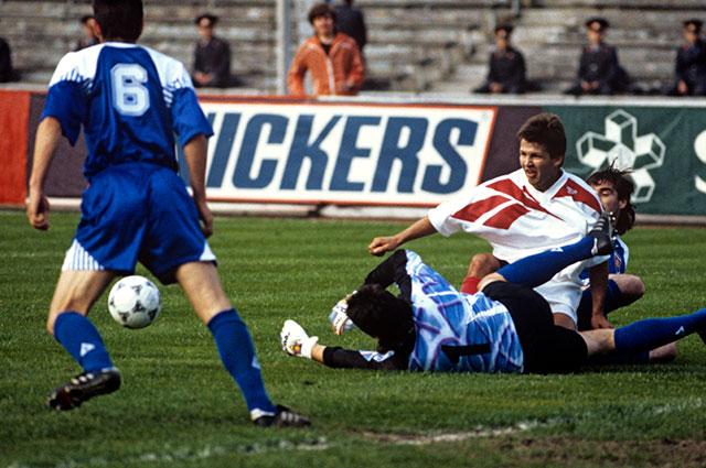 Нападающий сборной России по футболу Олег Саленко (в белой форме), 1994 г.