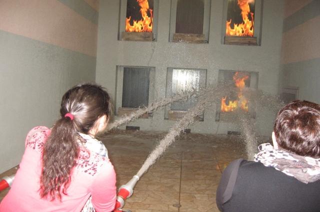 А спасатели тушат пожар.