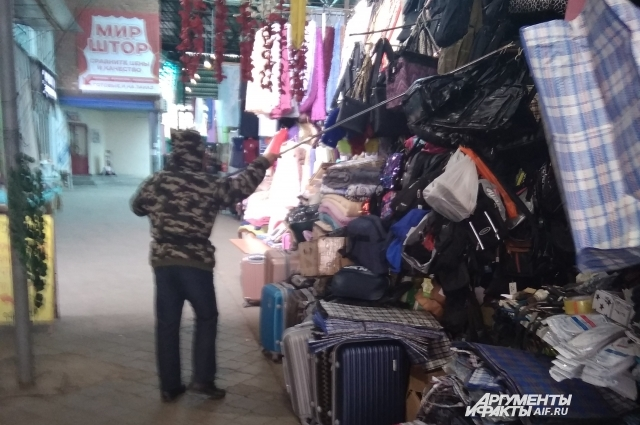 Каждый вечер торговцы собирают свой товар и складывают в контейнеры под замок.