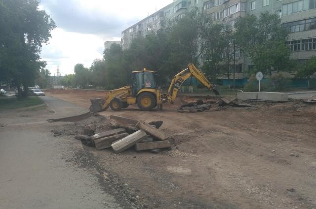 Дорогу по улице Уральской в Оренбурге ремонтируют по федеральному проекту