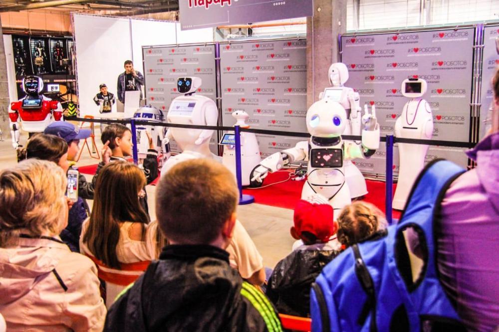 На выставке представлены более 150 роботов.