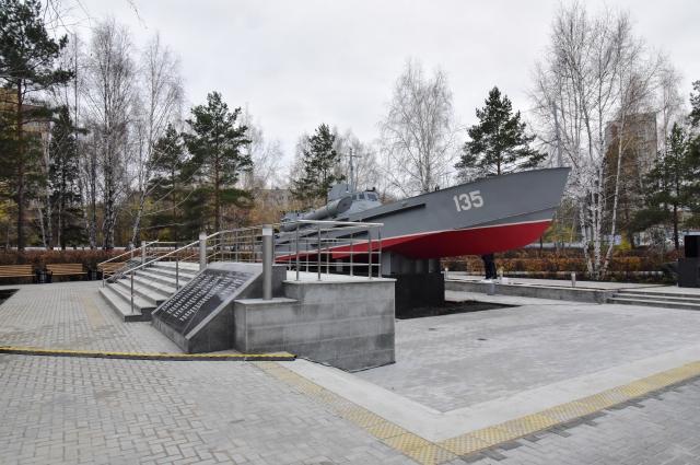 Памятник торпедному катеру, который выпускали тюменские судостроители, установлен в сквере Петра Потапова.