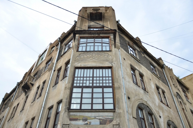 Эркер высотой в два этажа декорирован растительным орнаментом и живописным панно.