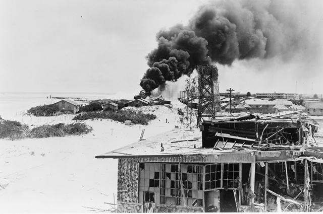 Разрушения на Мидуэе после налета японских бомбардировщиков.