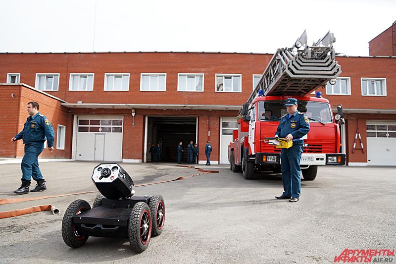 Робот-пожарный управляется дистанционно с помощью джойстика