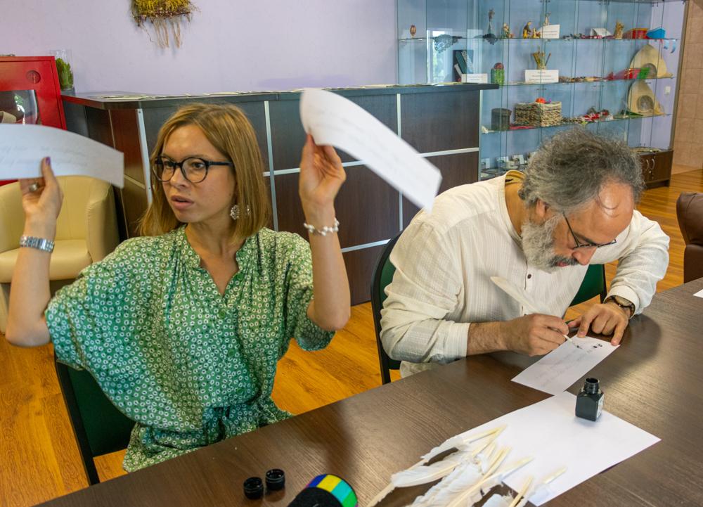 Писать пером оказывается не так просто. В усадьбе гости могут попрактиковаться в чистописании.