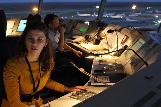 Авиадиспетчер за работой в командно-диспетчерском пункте (КДП) аэропорта Домодедово или вышке