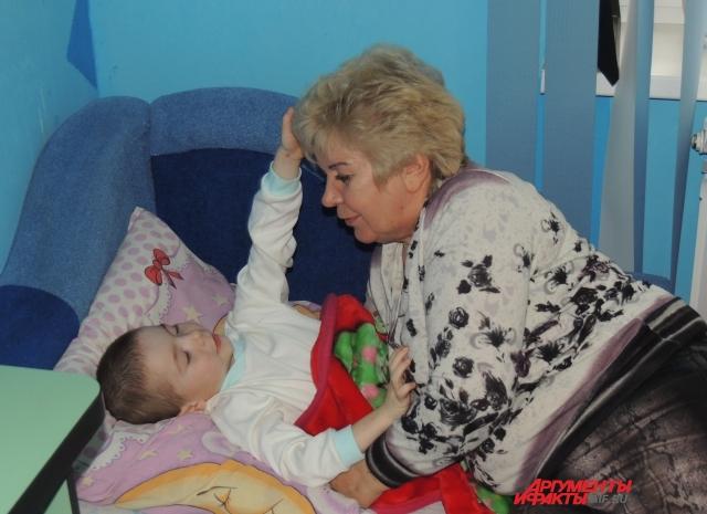 Лидия целует сына перед сном