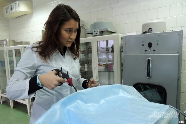 Студентка третьего курса отрабатывает навыки малоинвазивной операции