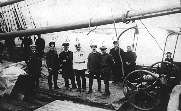 Г. Я. Седов с членами команды принимает гостей на борту экспедиционного судна «Св. Фока».