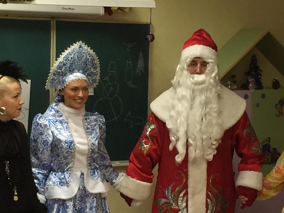 В роли Деда Мороза - депутат Дятлов, в роли снегурочки - его жена Юлия