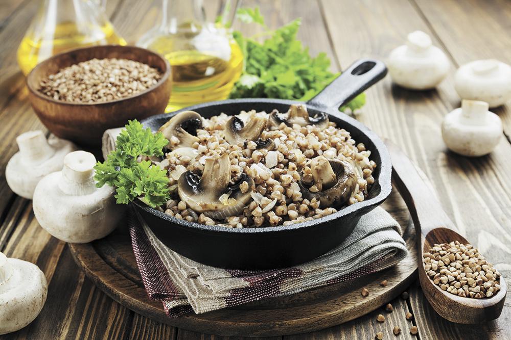 Гречка с грибами может радовать домочадцев зимой и летом.