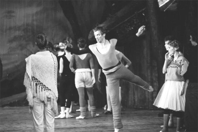 Рудольф Нуреев разогревается в Королевском балете на репетиции Жизель в театре Кингс во время Эдинбургского фестиваля в 1975 г.