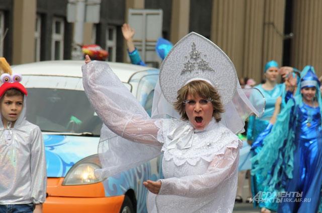 Герои карнавала заражали зрителей хорошим настроением.