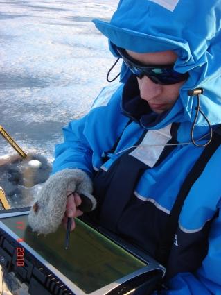 Роман Здоровеннов (сотрудник лаборатории гидрофизики, к.г.н., океанолог) снимает показания с приборов в полевых условиях.