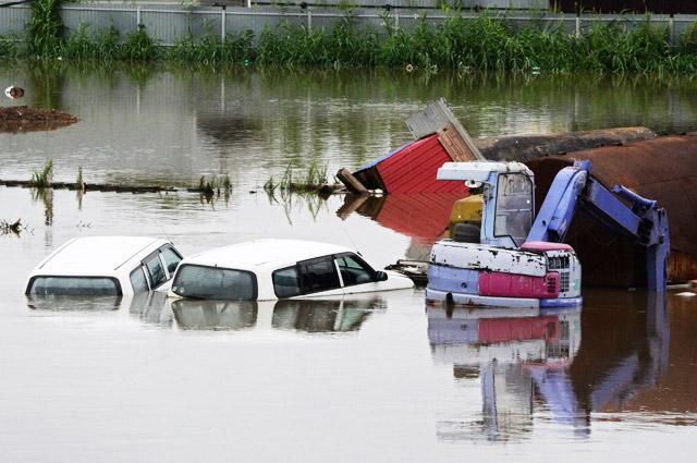 В результате проливных дождей в Уссурийске (Приморский край) затопило многие улицы. Автотранспорт ушёл под воду буквально по крыши. Август 2017 г.