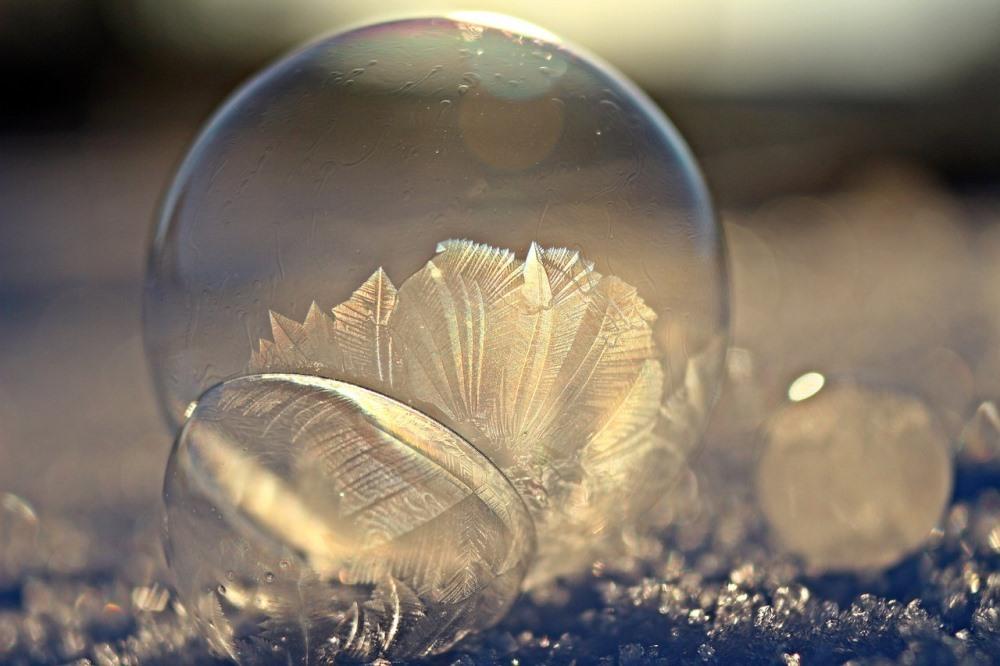 Поверхность мыльного пузыря на морозе покрывается узорами.