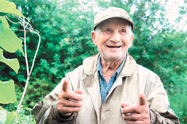 «Хочешь жить до 100 лет - работай каждый день», - объясняет дед Николай.