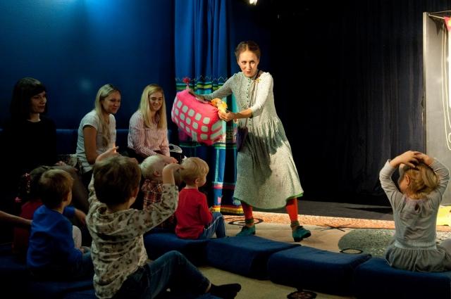 ребятишки во время спектакля сидят на подушках и активно участвуют в представлении.