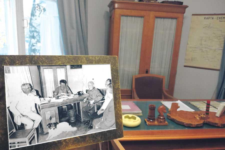 Мебель и убранство в доме всемирно известного писателя удивляют скромностью.