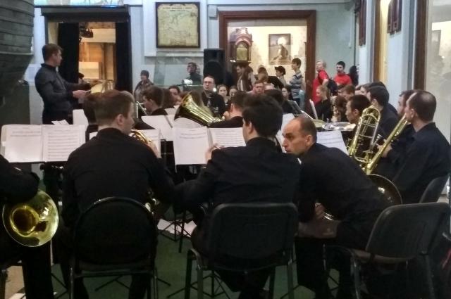 Камерный оркестр исполняет музыкальную композицию